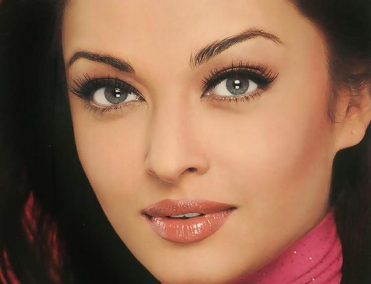 Aishwarya Sexy Eyes and Wet Lips Still