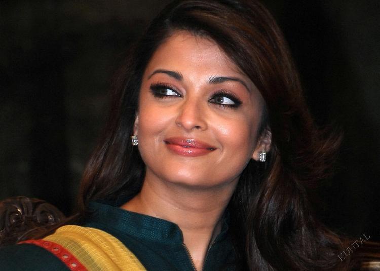 Aishwarya Sweet Smile Pic