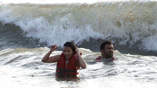 Dhoni and Sakshi In Goa Beach