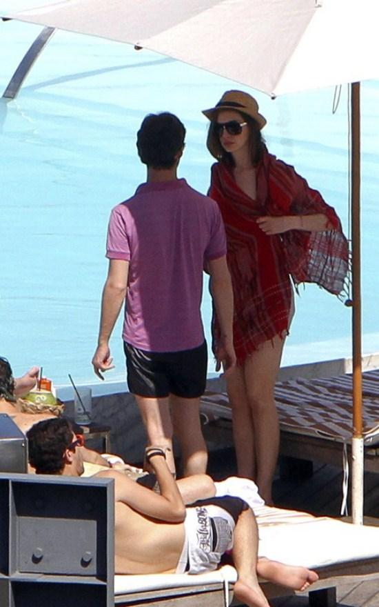 American Actress Anne Hathaway Without Dress Pic On Beach