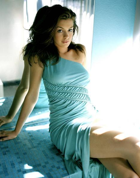 Anne Hathaway Sexy Stunning Pic