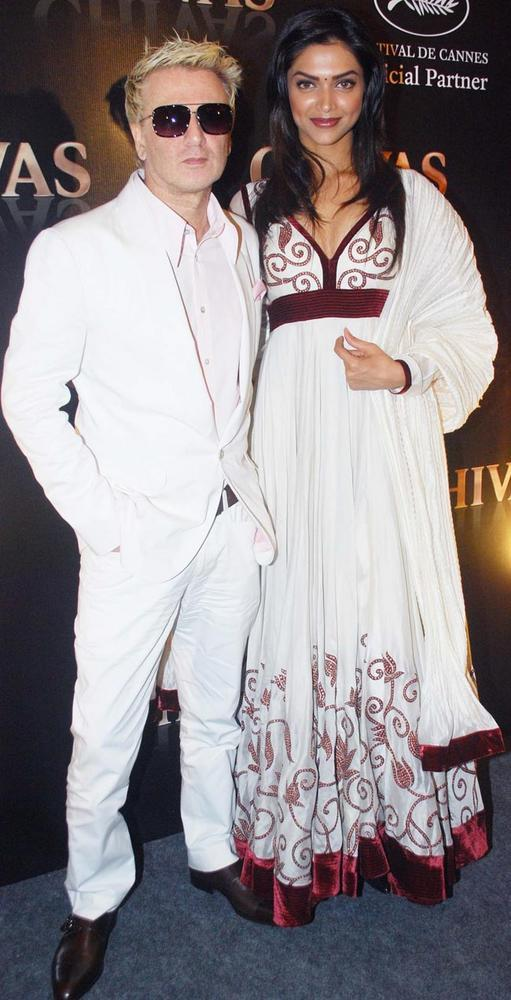 Deepika Looks Striking in A White Anarkali With a Dash of Maroon Velvet As She Poses With Designer Rohil Bal at A Fashion Show