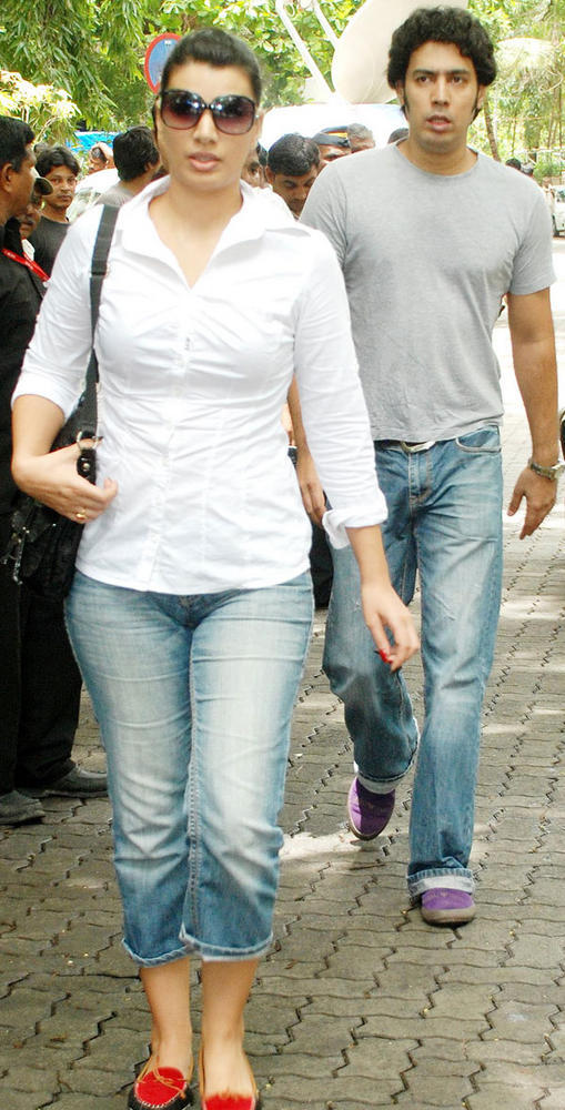 Mink With Her Brother Punnu During Dara Singh's Funeral