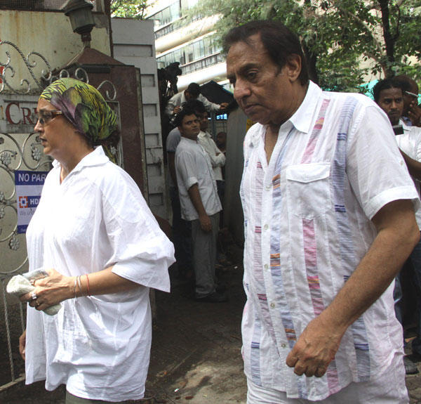 Ranjeet With His Wife at Dara Singh Funeral
