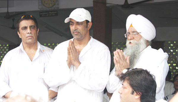 Vindoo Dara Singh at His Father Dara Singh Funeral