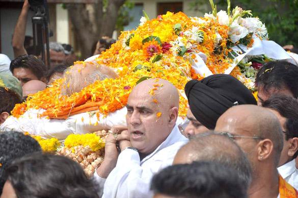 Puneet Issar Carrying Dara Singh's Body