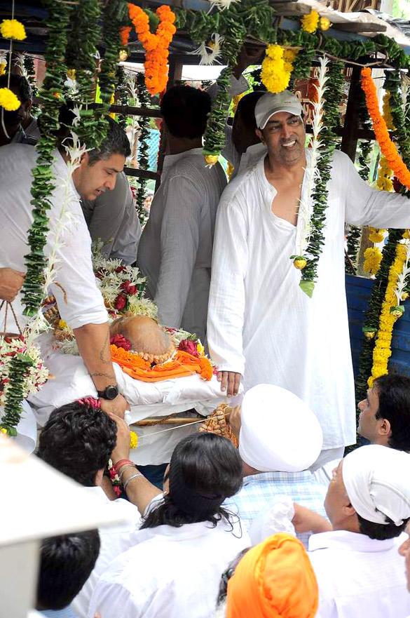 Vindu Dara Singh at His Father Dara Singh's Pyre