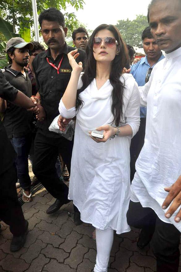 Zarine Khan Snapped at Dara Singh's Funeral