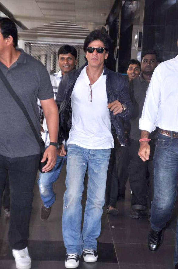 Shahrukh Wear Goggles Spotted At Airport