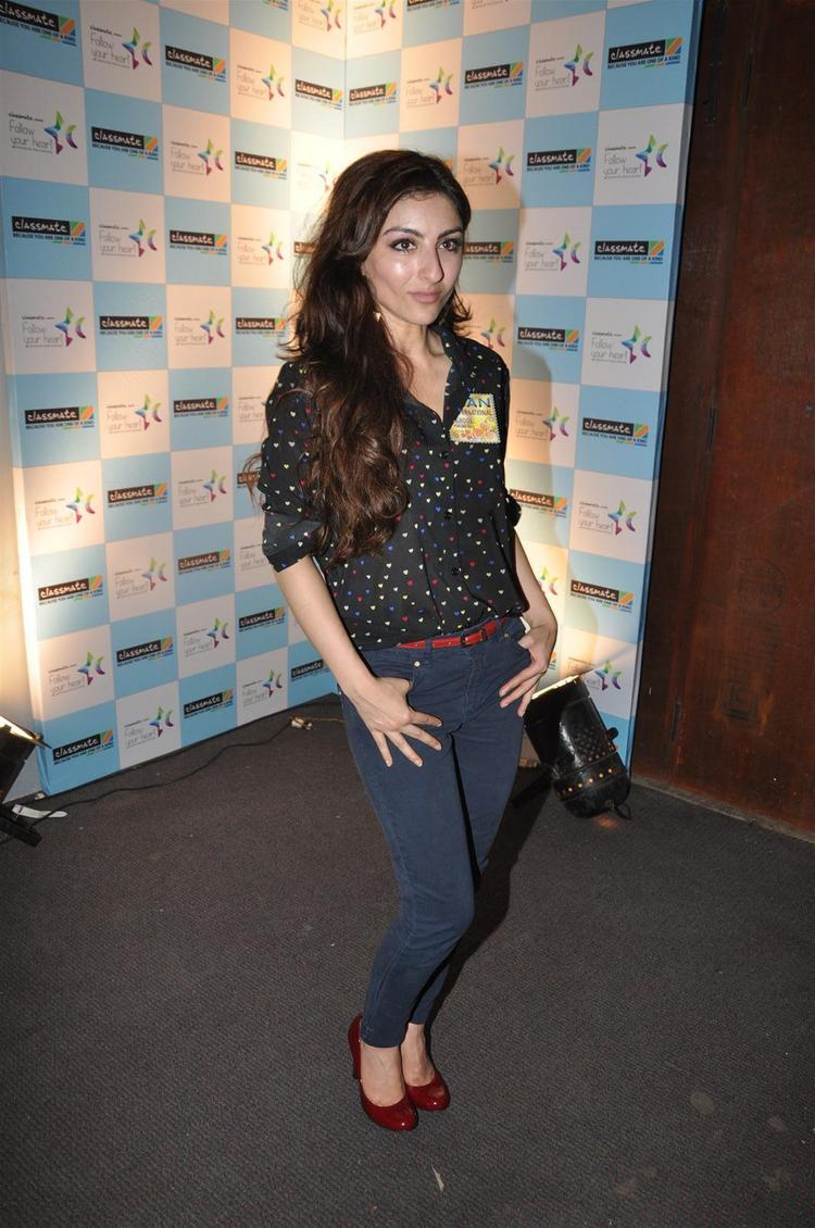 Soha Ali Khan Sexy Still at Her Lecture of Follow Your Heart by ITC Class