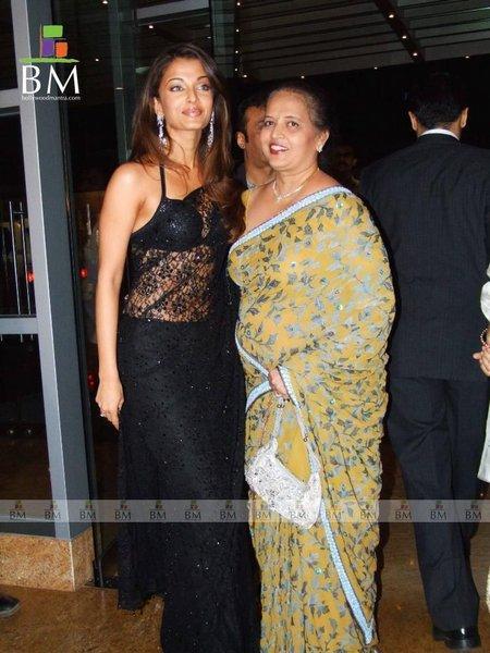 Aishwarya Rai In Black Saree Sexy Pose With Mother