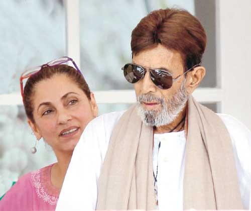 Rajesh Khanna With Dimple Discharge From Hospital