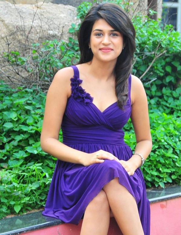 Hot Shraddha Das In Purple Dress Glowing Pic