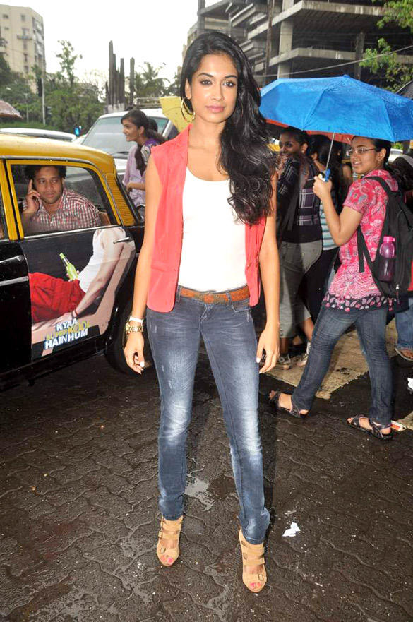 Sarah Jane Dias Nice Pic On Mumbai Streets To Promote KSKHH