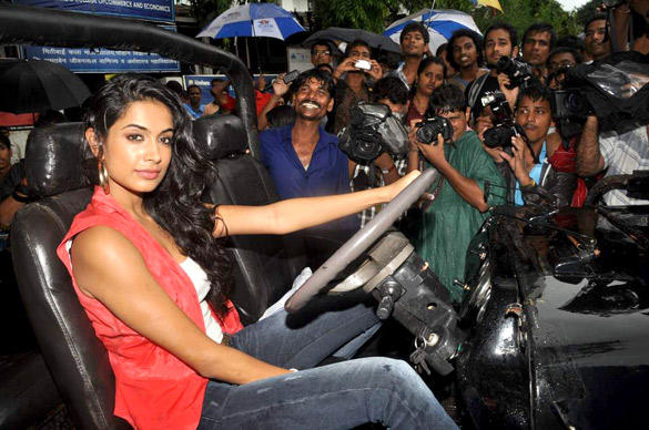 Sarah Jane Dias Promote KSKHH on The Streets of Mumbai