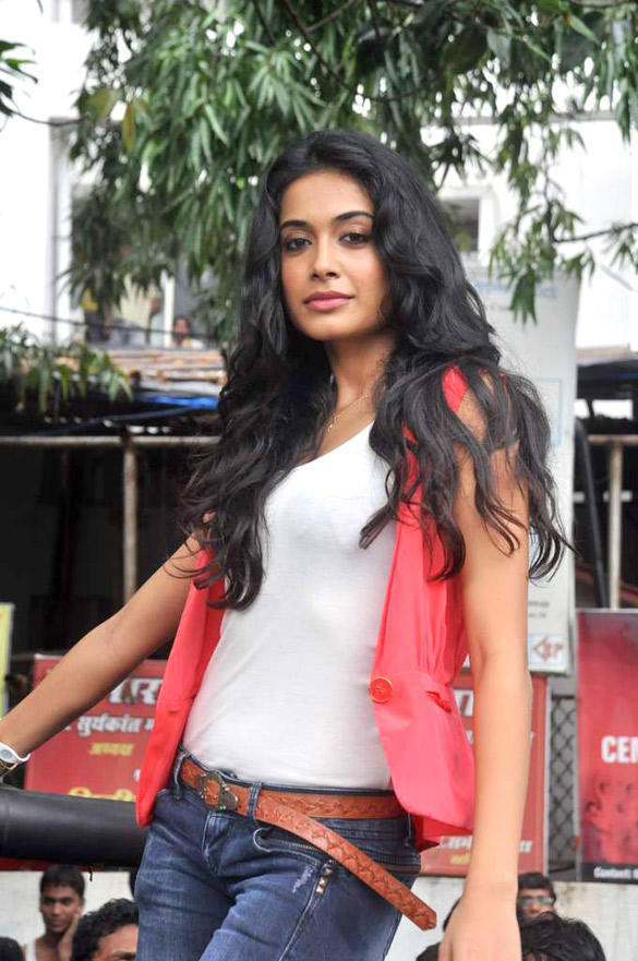 Sarah Jane Dias Sexy Pose In Mumbai Streets To Promote KSKHH