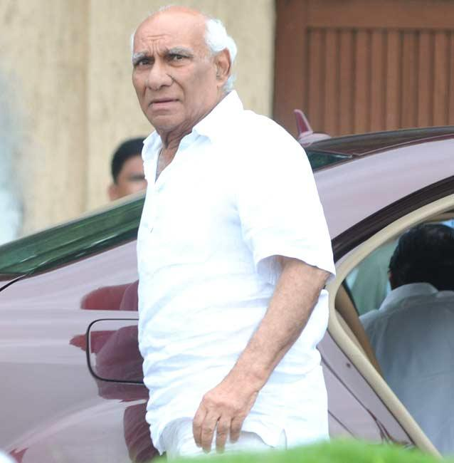 Director-Producer Yash Chopra Arrives To Pay Tribute Rajesh Khanna at Bandra Residence