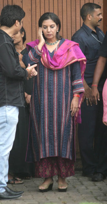 Shabana Azmi Arrives to Pay Tribute To Rajesh Khanna at Actor's Bandra Residence