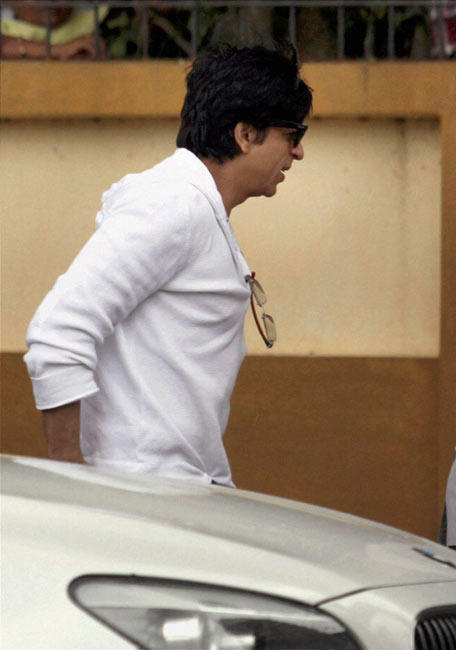Shahrukh Arrives To Pay Tribute to Bollywood Superstar Rajesh at The Actor's Bandra Residence in Mumbai