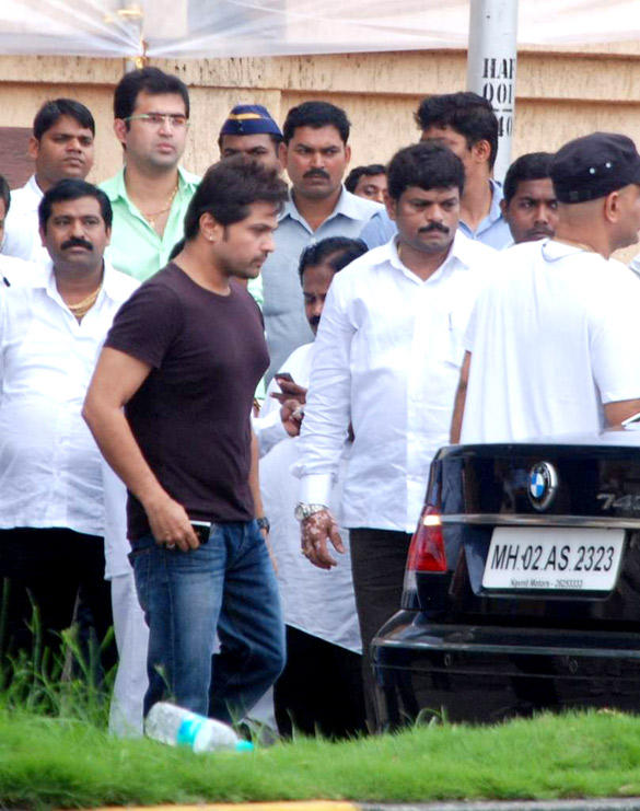 Himesh Reshammiya Leaves After Paying Tribute To Superstar Kaka
