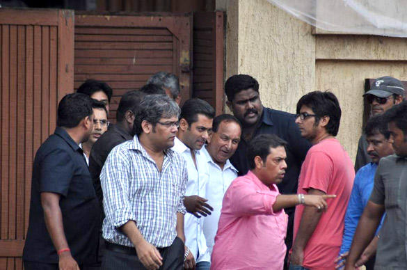 Salman Khan Leaves After Paying Tribute To Superstar RK