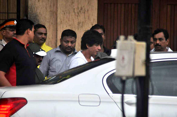 Shahrukh Leaves After Paying Tribute To Superstar RK