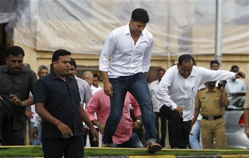 Akshay Prepares for Kaka's Funeral