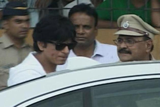 SRK Arrives ti Pay Respect to Kaka