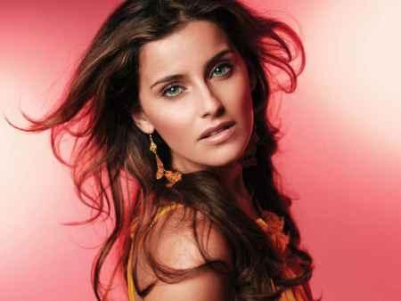 Nelly Furtado Sizzling Romantic Look Picture