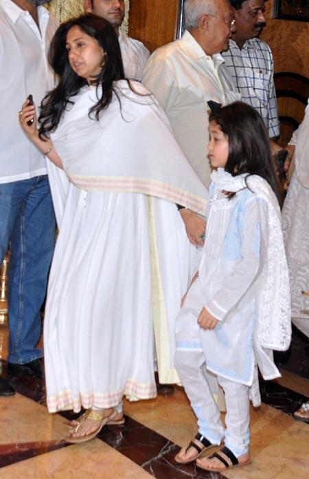 Rinke With Daughter at Rajesh Khanna's Chautha Ceremony
