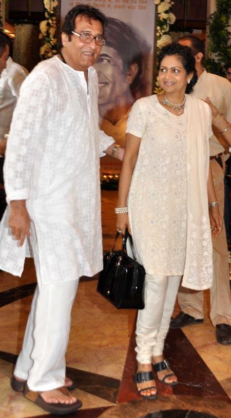 Vinod Khanna With Wife Arrived Rajesh Khanna's Chautha Ceremony