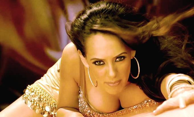 Hazel Keech Aa Ante Performance Still In Maximum Movie