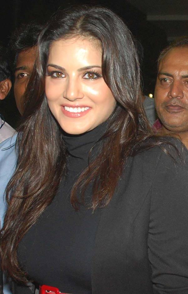 Hottie Sunny Leone Sweet Smile Pic at Mumbai Airport
