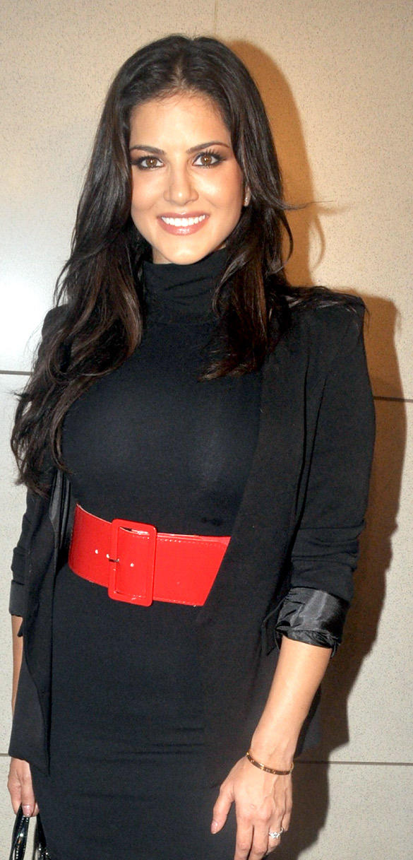 Sunny Leone Sweet Smile Pic at Airport