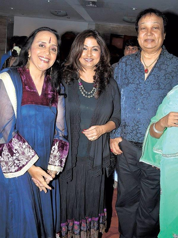 Ila Arun Poses With Mitali and Bhupinder Singh During Anup Jalota's Birthday Bash