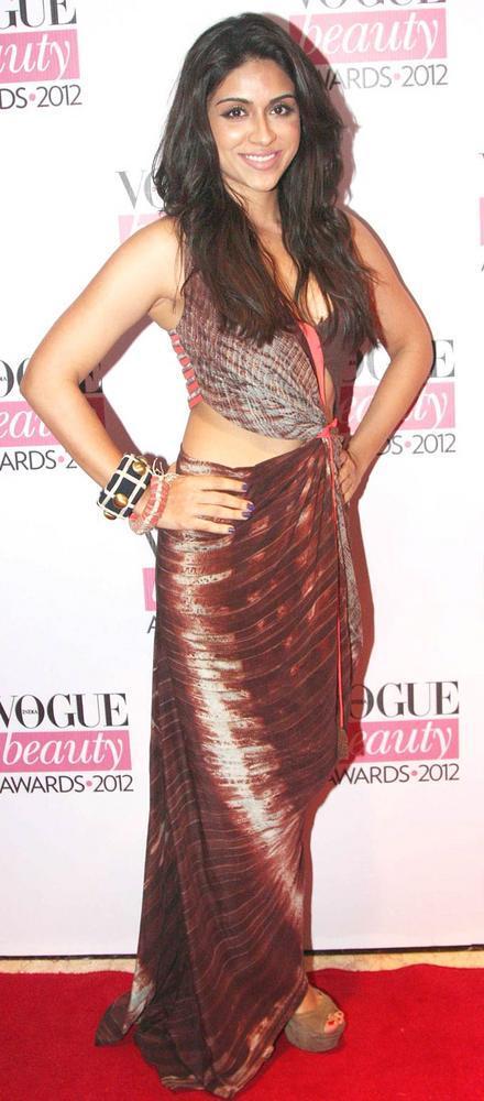 Sizzling Zoa Morani Pose During Vogue Beauty Awards 2012
