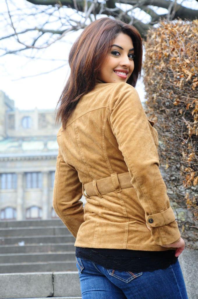 Hot Actress Richa Gangopadhyay Back Exposing Photo Shoot