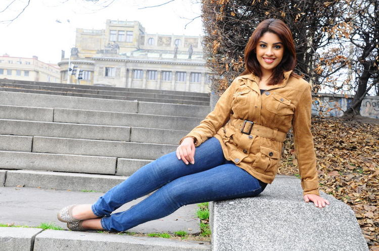 South Actress Richa Gangopadhyay Photo Shoot In Blue Jean and Brown Blazer