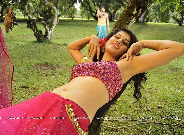 Taapsee Pannu Navel Show In Designer Saree