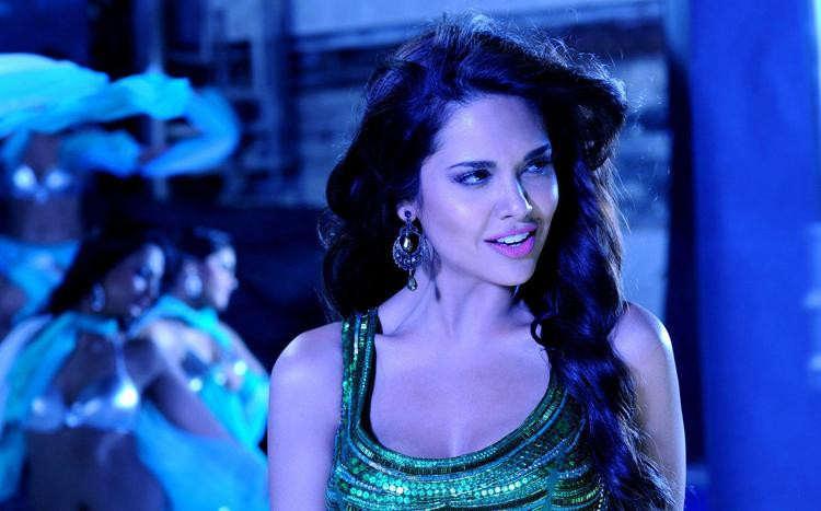 Esha Gupta in Deewana Kar Raha Hai Song in Raaz 3 Movie