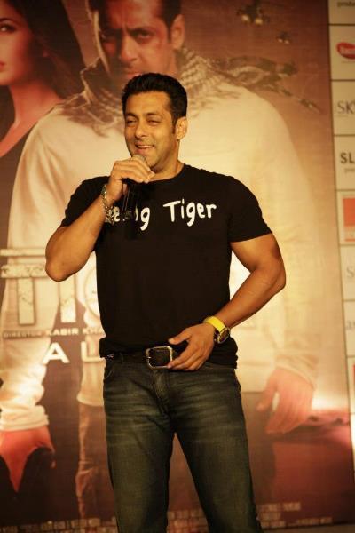 Salman Khan at Ambience Mall For Ek Tha Tiger