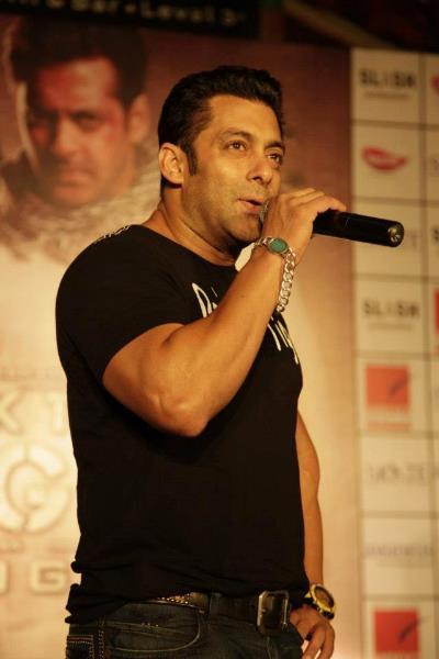 Salman Khan Promote Ek Tha Tiger at Ambience Mall in Gurgaon