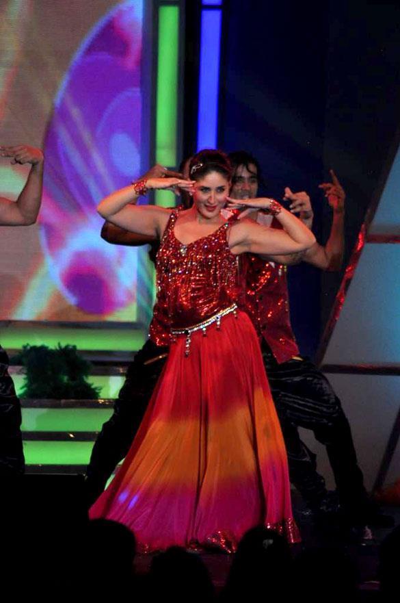Kareena Sexy Performance Still at Credai's Real Estate Awards