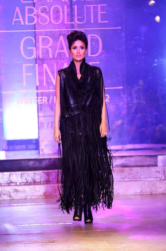 Gorgeous Diva Kareena Walks at Lakme Absolute Grand Finale