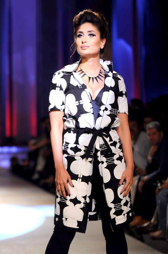 Kareena Walks The Ramp at Lakme Fashion Week Grand Finale