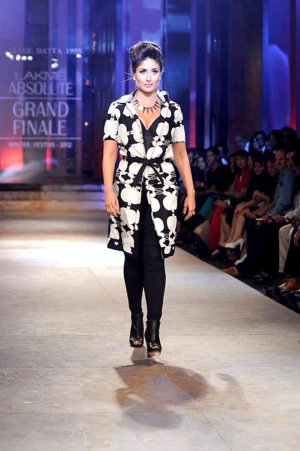 Kareena Walks The Ramp at Lakme Fashion Week For Winter Festive