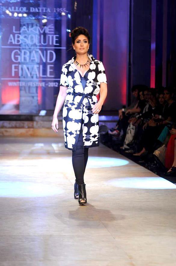 Kareena Walks The Ramp at Lakme Winter Festive Fashion Week