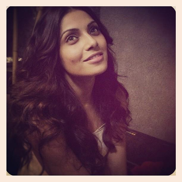 Sizzling Sexy Bipasha Sweet Smile Pic On The Sets of Aatma