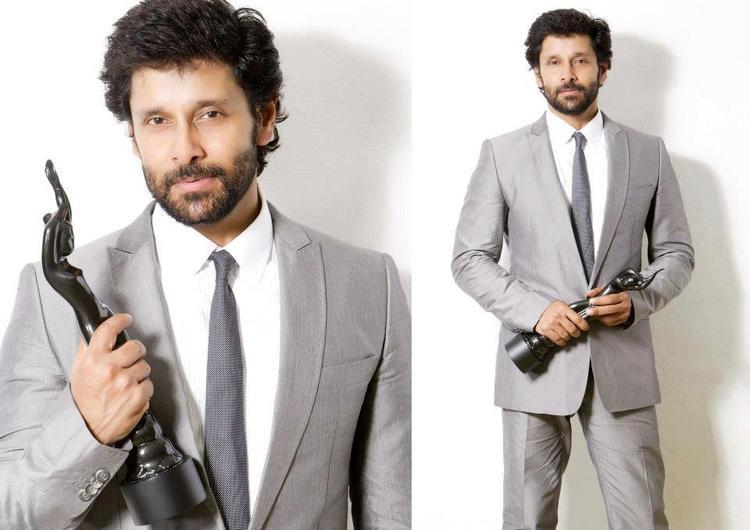 Vikram Pose With Award at 59th Filmfare Awards 2012