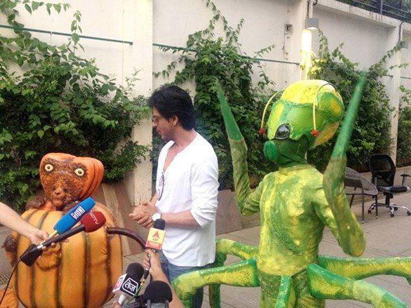 Shah Rukh Khan Promotes Joker For Friend Farah Khan